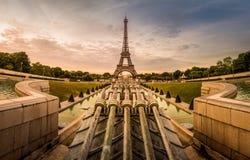 Lever de soleil à Paris, de Jardins du Trocadero à Tour Eiffel images libres de droits