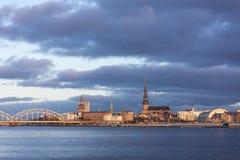 Lever de soleil à Riga, Lettonie (21 novembre 2015) Image libre de droits
