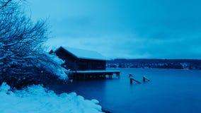 Lever de soleil à une mer neigeuse photographie stock