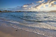 Lever de soleil à une plage tropicale dans les Caraïbe Images libres de droits