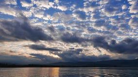 Lever de soleil égéen nuageux en automne 02 banque de vidéos