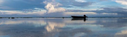 Lever de soleil étonnant à la plage d'Uluwatu dans Bali l'indonésie image stock