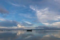 Lever de soleil étonnant à la plage d'Uluwatu dans Bali l'indonésie photo stock