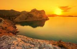 Lever de soleil étonnant au-dessus de la mer Image stock