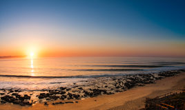 Lever de soleil étonnant sur la plage Photographie stock