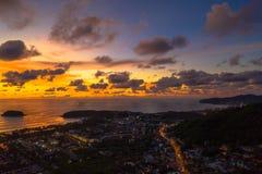 Lever de soleil aérien de panorama à la plage de Kata près de la plage de Karon images stock