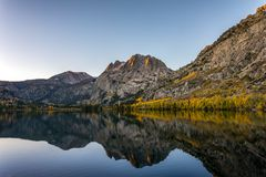 Lever de soleil argenté de lac Photographie stock