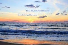 Lever de soleil atlantique avec la citation images stock