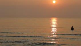 Lever de soleil au bord de la mer banque de vidéos