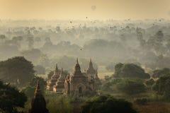 Lever de soleil au champ de ville antique de pagoda en Bagan Myanmar Photos stock