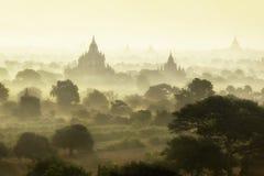 Lever de soleil au champ de ville antique de pagoda en Bagan Myanmar Photographie stock