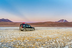 Lever de soleil au désert d'Atacama et à vos volcans avec une voiture photo stock