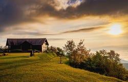 Lever de soleil au delà de hutte en bois dans le terrain de montagne Photos libres de droits