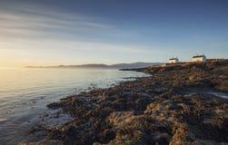 Lever de soleil au-dessus de côte au Pays de Galles du nord image stock
