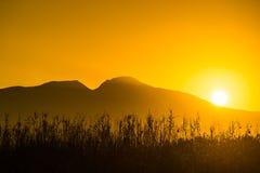 Lever de soleil au-dessus de colline de montagne image libre de droits