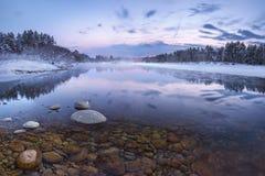 Lever de soleil au-dessus de cygne de rivière Image stock