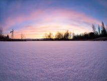 Lever de soleil au-dessus d'étang congelé Photo stock