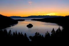 Lever de soleil au-dessus d'Emerald Bay chez le lac Tahoe, la Californie, Etats-Unis Photo stock