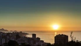 Lever de soleil au-dessus d'horizon de ville de Rio de Janeiro Image stock