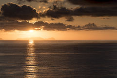 Lever de soleil au-dessus d'Isla Desertas Madeira photographie stock libre de droits