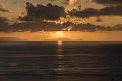Lever de soleil au-dessus d'Isla Desertas Madeira images libres de droits