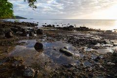 Lever de soleil au-dessus d'île tropicale d'océan Photographie stock libre de droits