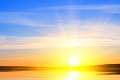 Lever de soleil au-dessus d'océan. Image libre de droits