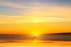 Lever de soleil au-dessus d'océan. Photo stock