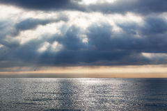 Lever de soleil au-dessus d'océan calme Photos stock