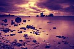 Lever de soleil au-dessus d'un bord de la mer rocheux Image libre de droits