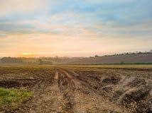 Lever de soleil au-dessus d'un champ Image stock