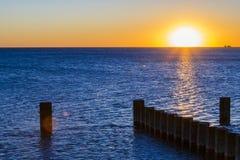 Lever de soleil au-dessus d'un lac Image libre de droits