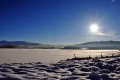 Lever de soleil au-dessus d'un lac figé Image stock