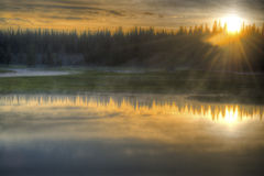 Lever de soleil au-dessus d'un lac paisible en parc national de Yellowstone. Photographie stock libre de droits