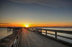 Lever de soleil au-dessus d'un pilier en bois, Sidney, BC Images libres de droits