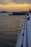 Lever de soleil au-dessus d'un port occupé de port et de commerce avec l'industrie au CCB Image stock