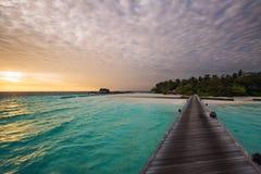 Lever de soleil au-dessus d'une île maldivienne Photographie stock libre de droits