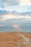Lever de soleil au-dessus d'une mer morte Photo stock