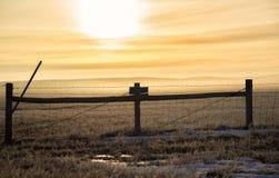 Lever de soleil au-dessus d'une porte de barrière Photo libre de droits