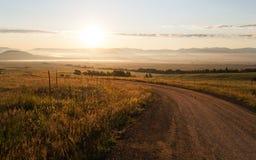 Lever de soleil au-dessus d'une route près de Westcliffe, le Colorado Image libre de droits