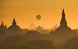 Lever de soleil au-dessus de Bagan antique, Myanmar Images libres de droits