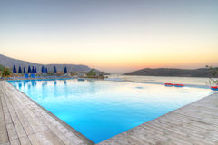 Lever de soleil au-dessus de baie de Mirabello sur Crète Images stock