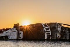 Lever de soleil au-dessus de bateau abandonné Image stock