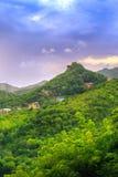 Lever de soleil au-dessus de belles montagnes vertes luxuriantes Image libre de droits