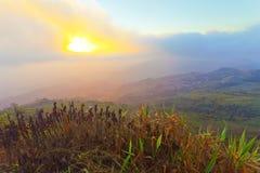 Lever de soleil au-dessus de brumeux Images libres de droits