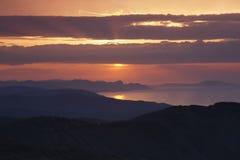 Lever de soleil au-dessus de côte orientale de la Mer Noire photos stock
