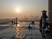 Lever de soleil au-dessus de dessus de toit de Hirise image libre de droits