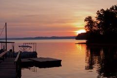 Lever de soleil au-dessus de dock de bateau au lac kentucky Photo libre de droits