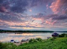 Lever de soleil au-dessus de fleuve Images libres de droits