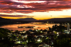 Lever de soleil au-dessus de frontière du Mekong de la Thaïlande et du Laos Photographie stock libre de droits